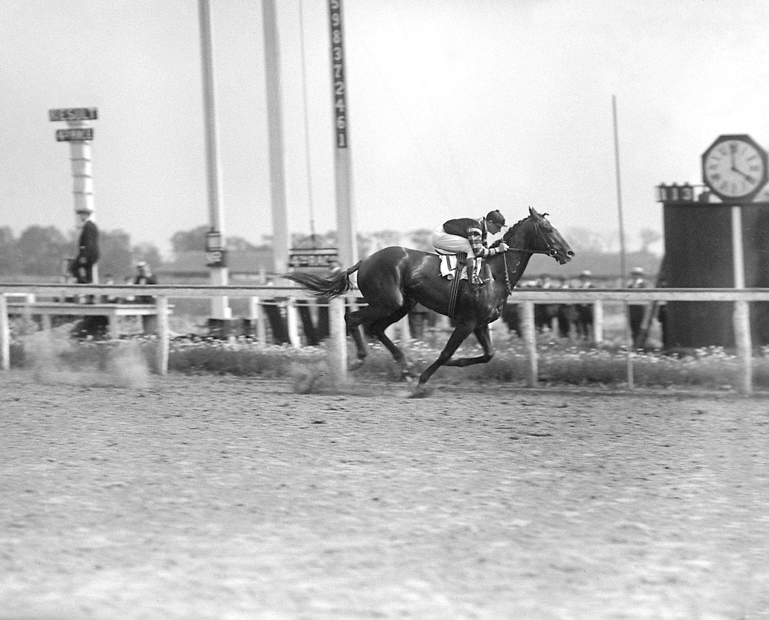 Man o' War (Clarence Kummer up) winning the 1920 Stuyvesant Handicap (Keeneland Library Cook Collection)