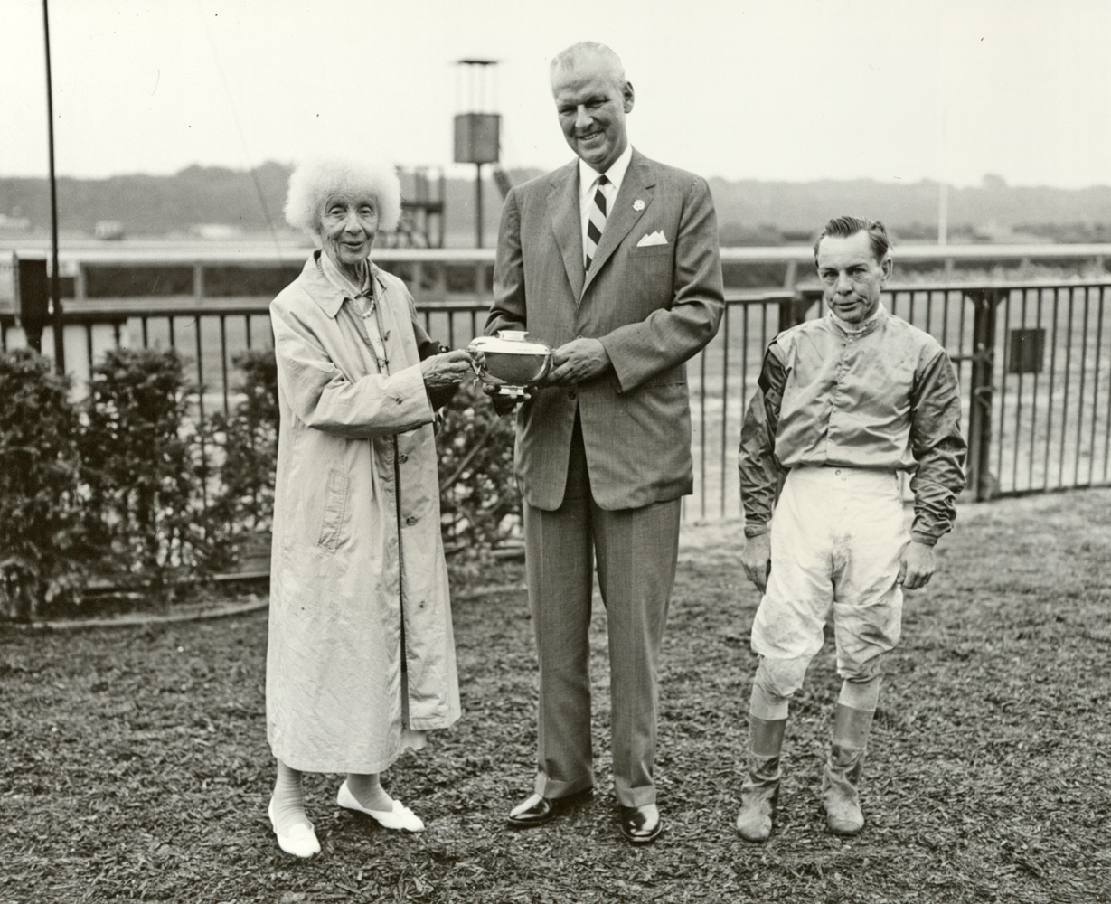 Gladys Mills Phipps, F. C. Rand, and R. Woodhouse at a trophy presentation in 1962 (Keeneland Library Thoroughbred Times Collection)